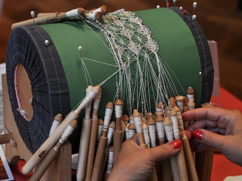 17 августа 2019 года во Всероссийском музее декоративного искусства пройдет ежегодный перформанс «Шоу кружевниц»