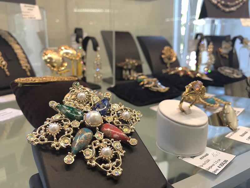 Экспозиция антикварных украшений и часов на выставке современного ювелирного искусства «Сокровища Петербурга».