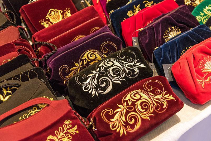 Экспозиция ремесленных и авторских подарков на выставке «Сокровища Петербурга».